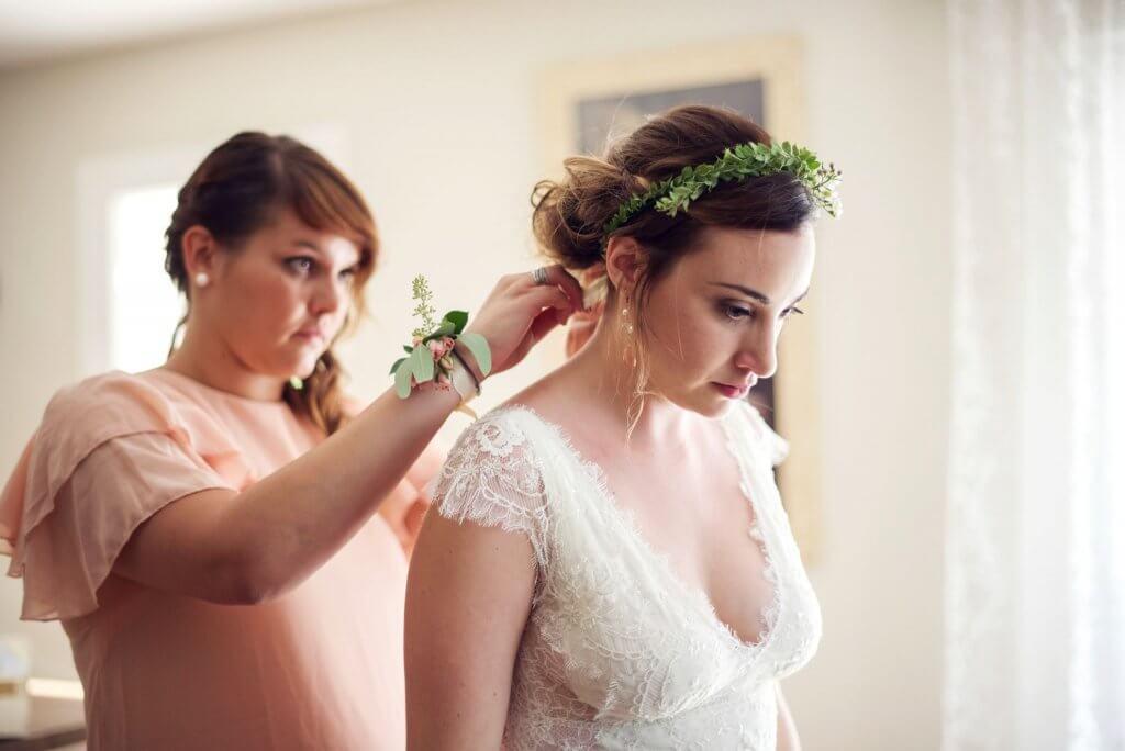 une demoiselle d'honneur (Bridemaid) pour assister la mariée