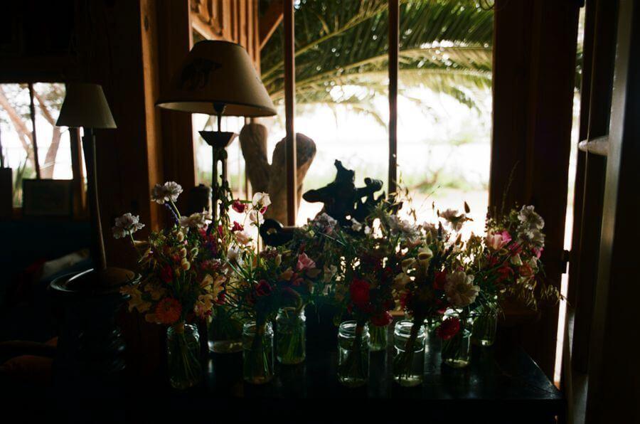 A la cabane Bartherotte, lieu de réception au Cap Ferret, ils ont célébré leur mariage by Weday's