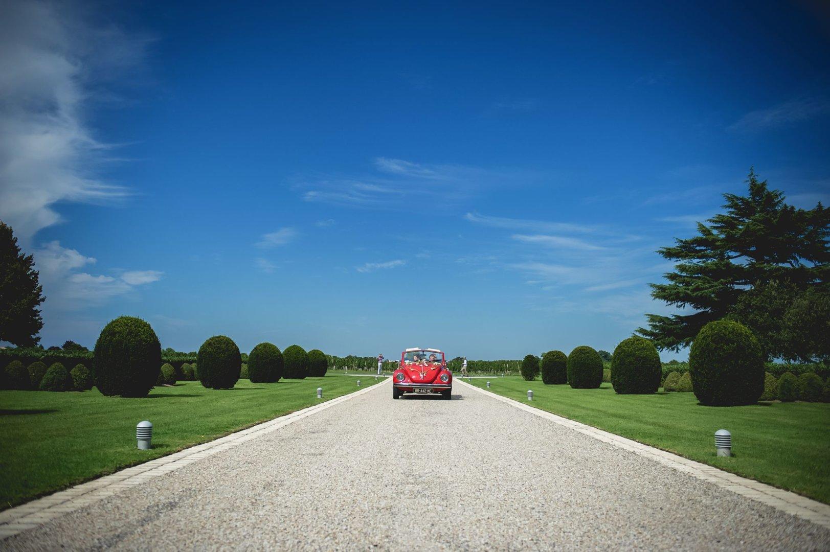 Une jolie coccinelle rouge en voiture d'honneur