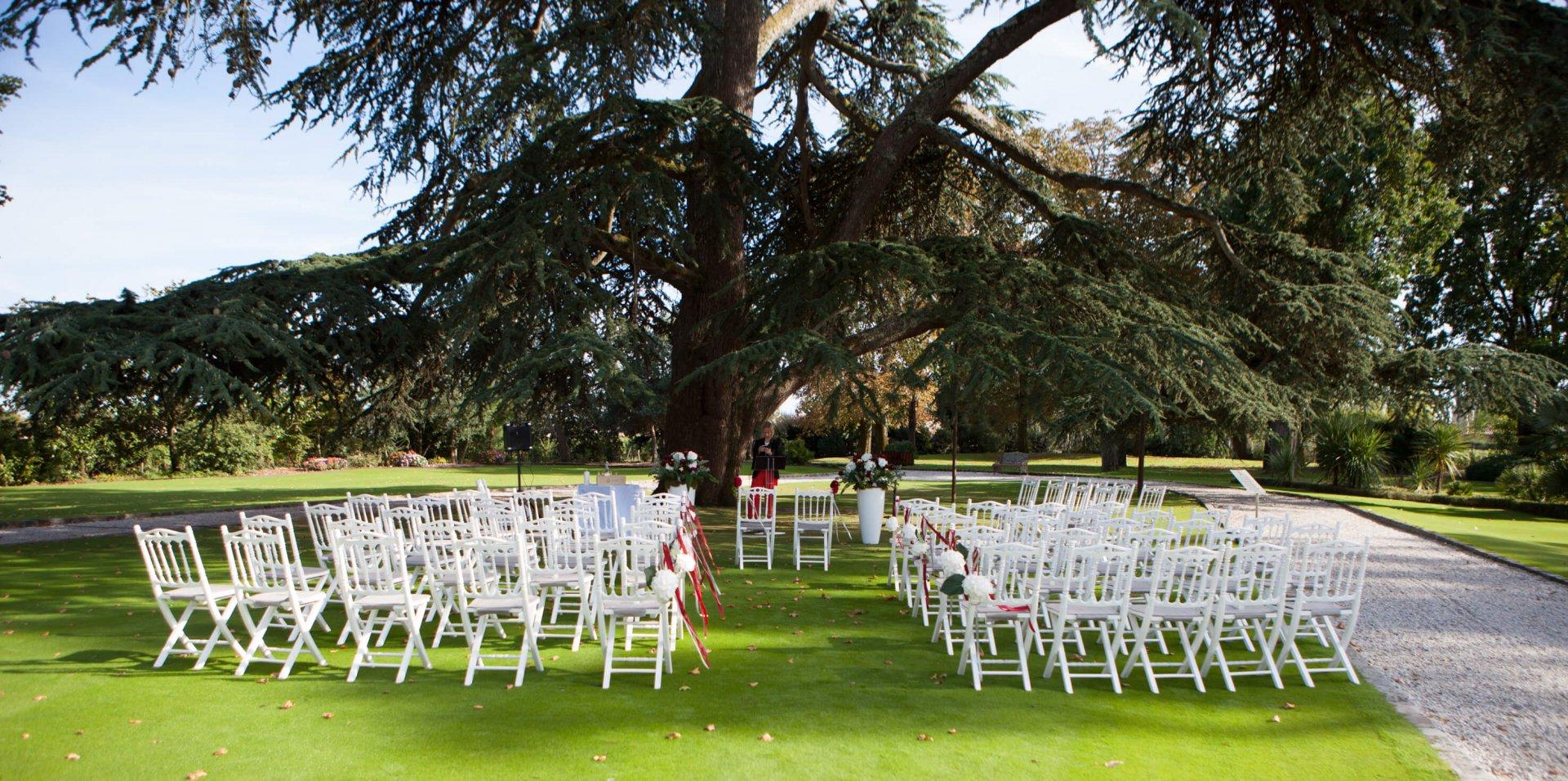 belle cérémonie laïque dans le parc d'un chateau