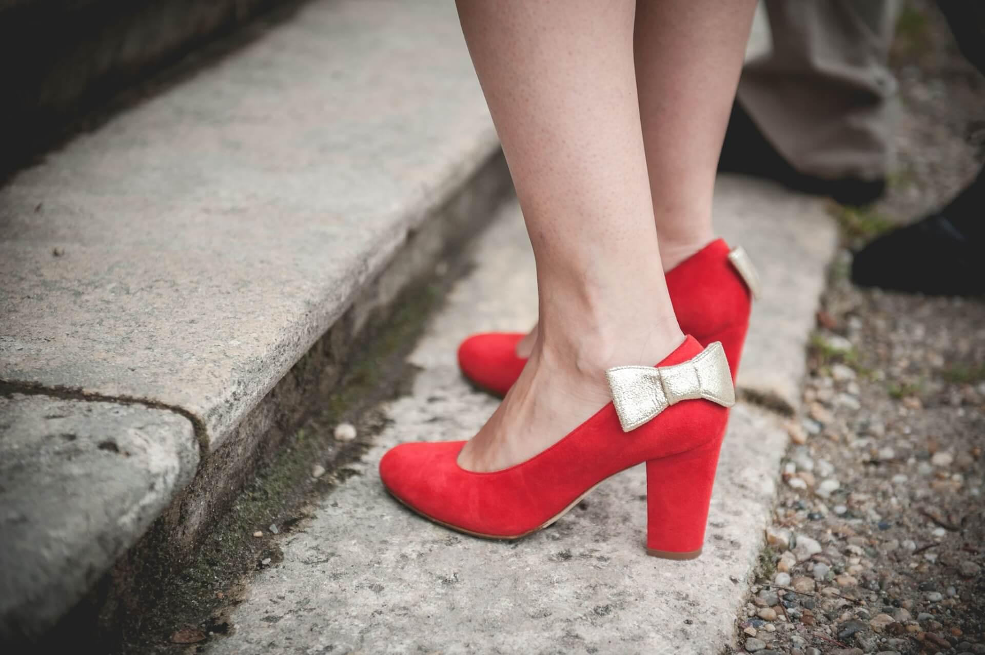 La mariée et ses chaussures rouge