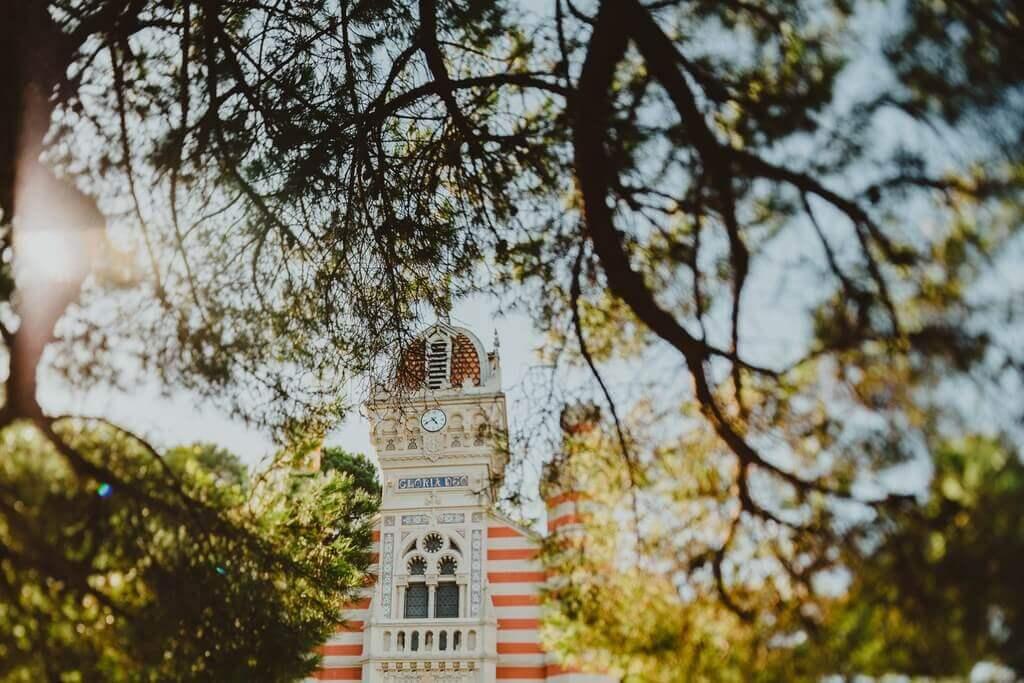 Structure nomade en bois qui peut accueillir des mariages d'exception dans un coin du Cap Ferret, en Gironde. La Grande Cabane pour une soirée inoubliable en Nouvelle Aquitaine