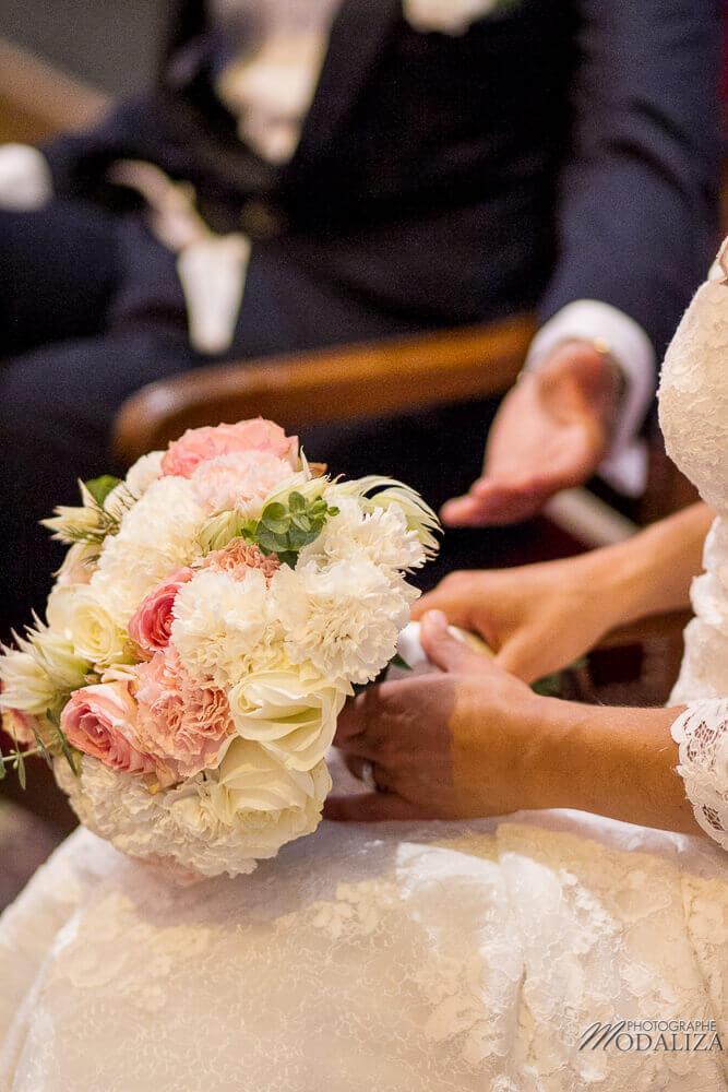 Selon la tradition, c'est le futur marié qui offre le bouquet de mariée à sa future épouse.