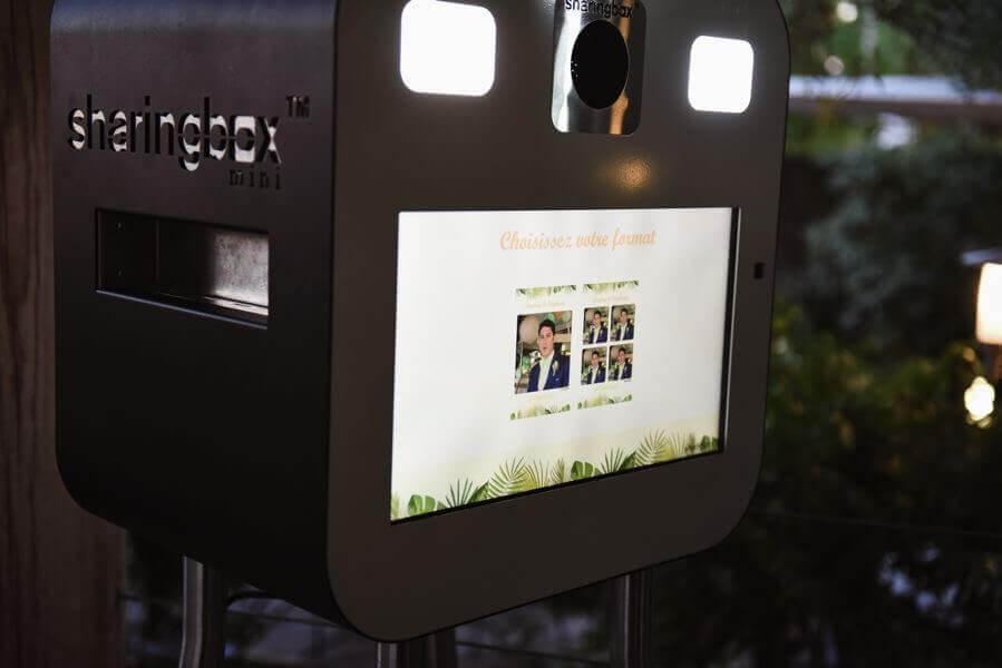 Le Photomaton ou Photobooth connait le succès. De la version à jetons imprimant des photos, aux écrans de haute technologie; c'est amusant à saisir